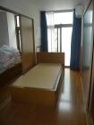 居室です。計3床あります。短期入所の際には利用者さんが就寝する場であり、学童中には高校生が着替えたり、子ども達の休息の場になったりと利用方法は場面に応じて様々です。